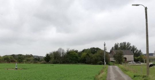 Het pad naar de boerderij bij Navagne, met grenspaal in het land