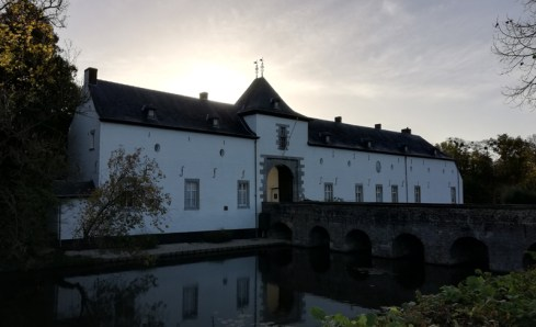 De voorhof bij het voormalige kasteel van Geulle