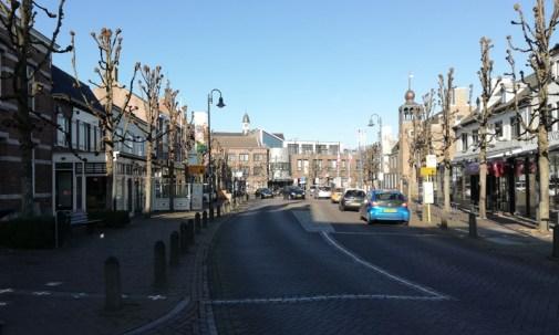 De grens op de straat in het centrum van Baarle