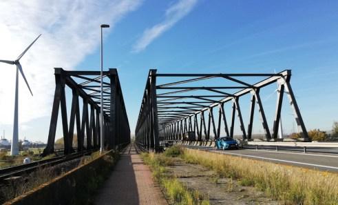 De brug over het Schelde-Rijnkanaal