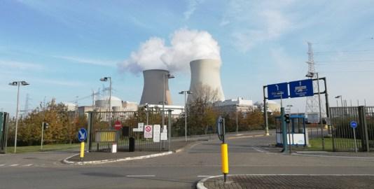 Bij de entree van de kerncentrale
