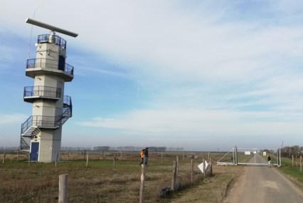 Toren bij de entree van het terrein van de werkzaamheden