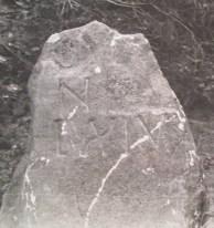 Der verschollene Stein Nr. 64 trägt die Inschrift: N / LXIV