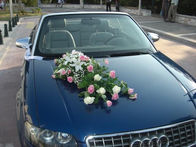 Στολισμός αυτοκινήτου για γάμο με μακρόστενη κατασκευή λουλουδιών