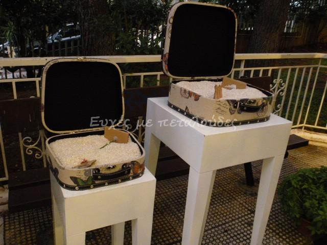 στολισμός-γάμου-βαλίτσες-με-ρύζι