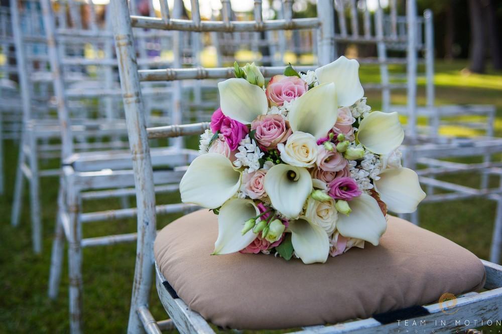 νυφική με κάλλες και τριαντάφυλλα σε σάπιο μήλο-eyxesmepetaloudes