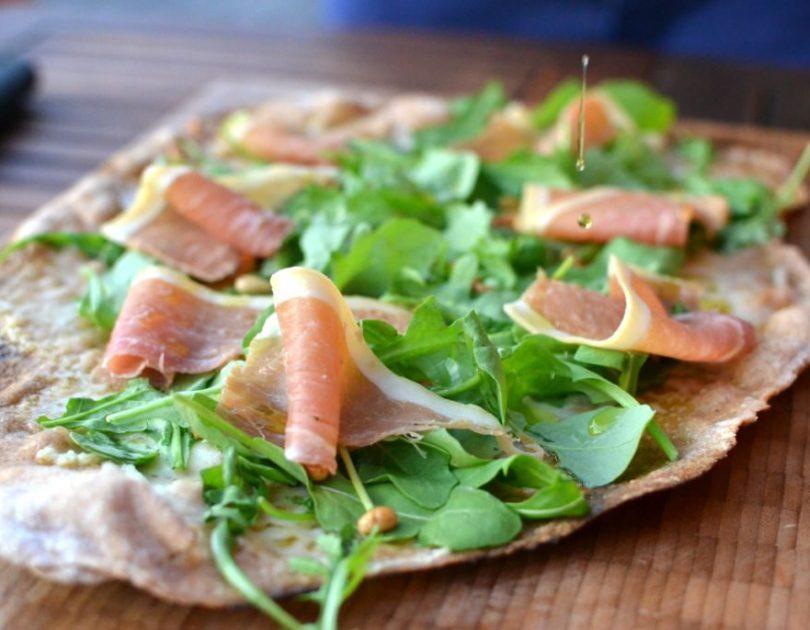Pizza bianca með heimagerðri hvítlauksolíu, klettasalati og parmaskinku
