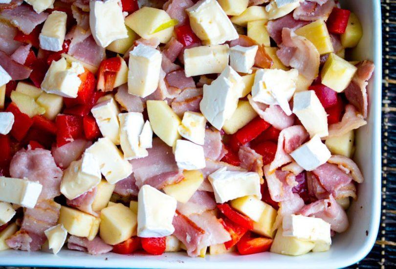 Fiskréttur með eplum, beikoni og bræddum camembertosti