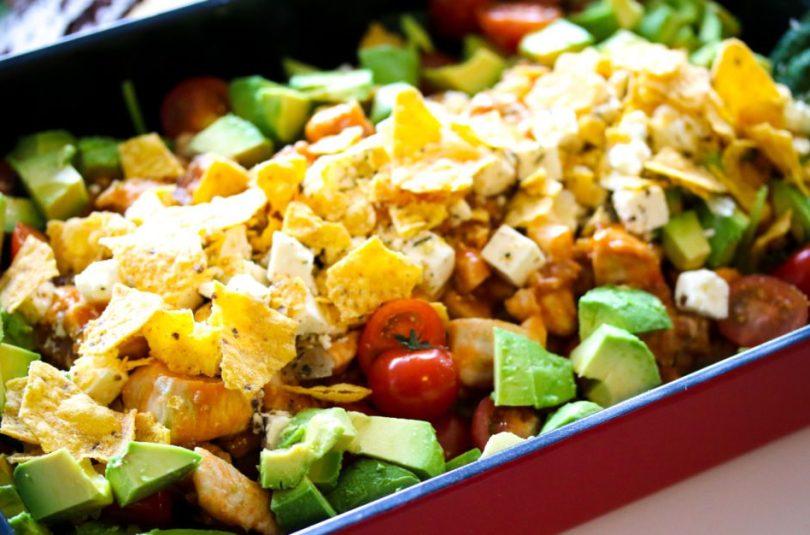 Crunchy sataysalat með cous cous, avacado og nachosi
