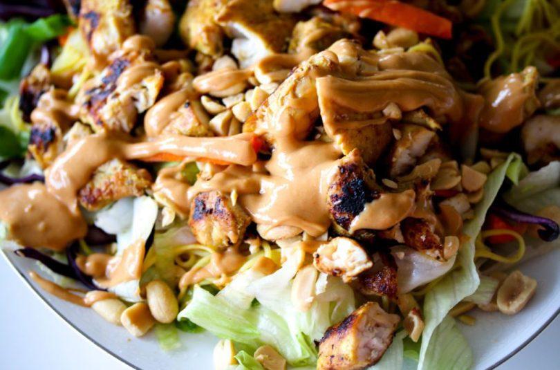 Satay salat með kjúklingi og eggjanúðlum – það allra besta!