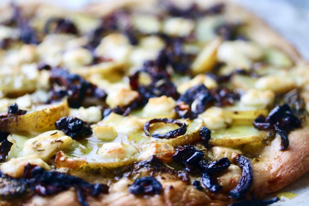 Pizza með kartöflum, rósmarín og karmelluðum rauðlauk