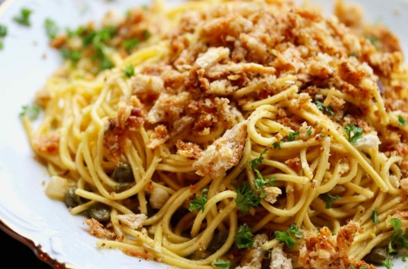 Spaghetti með hvítlauk, kapers, hvítvíni og parmesanostaraspi