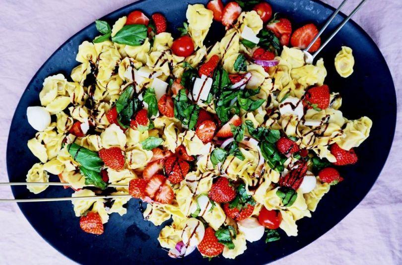 Pastasalat með jarðaberjum, mozzarella og balsamikediki