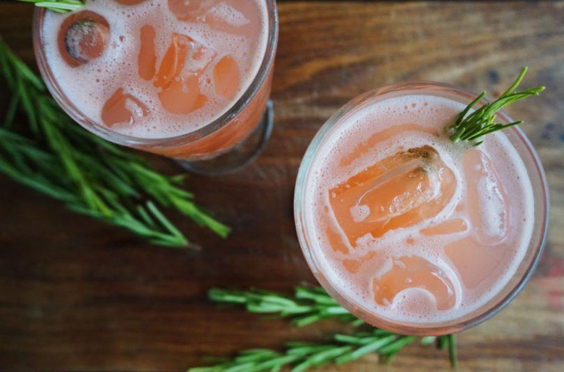 Bleikur gin kokteill með rósmarín-sírópi