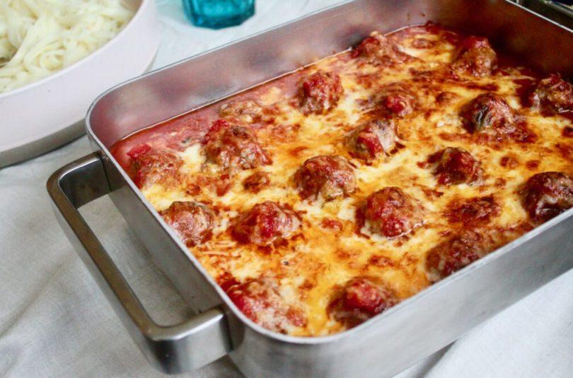 """Nautabollu """"lasagna"""" með basil sprettum"""