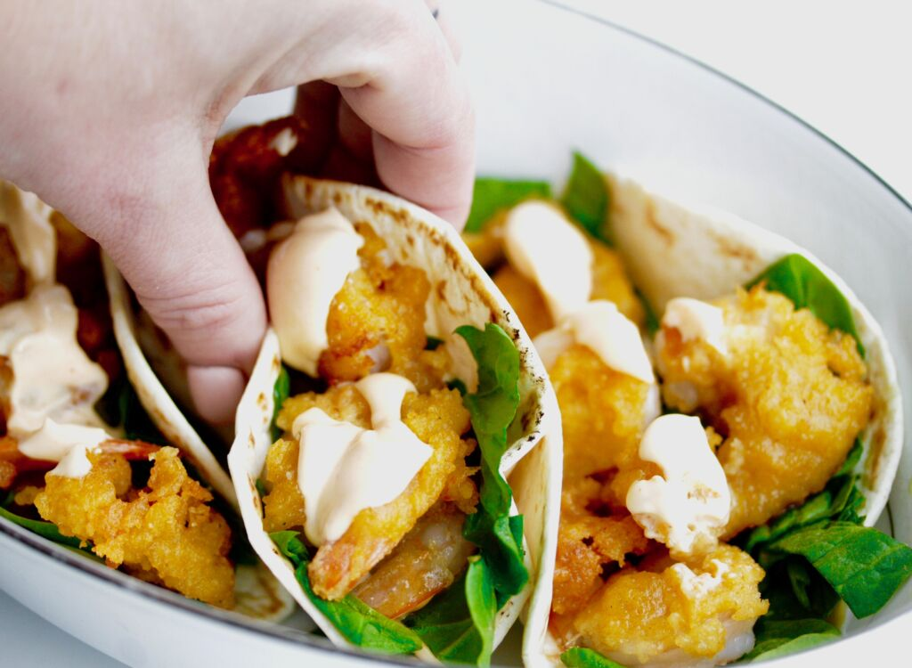 Fimm stjörnu risarækju taco í djúpsteiktu bjórdeigi með sriracha mayo