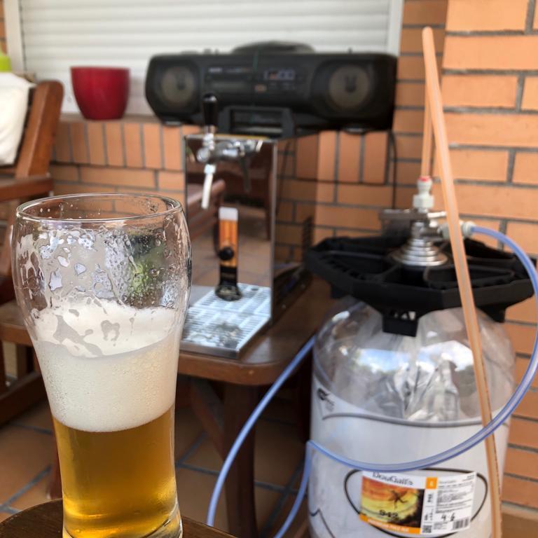 Grifos de cerveza con barriles de cerveza artesana