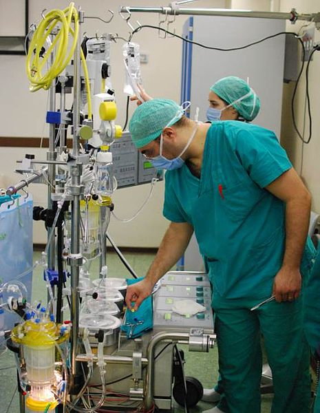 Aparat de by-pass cardio-pulmonar. Sursă: https://upload.wikimedia.org/wikipedia/commons/f/f4/Perfusionist_opearting_heart_lung_machine.jpg