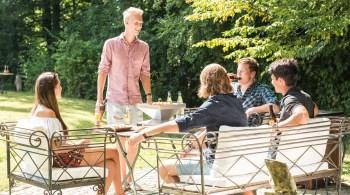 Mit modernen, leicht transportablen Tischgrills kann man dem Vergnügen an vielen verschiedenen Orten frönen.