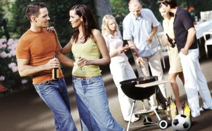 Ob zu großen Sportereignissen oder auch einfach zwischendurch: Im Sommer vergeht kaum eine Woche ohne Grillparty. Eine frisch sanierte Terrasse oder ein optisch aufgewerteter Balkon wirken dabei besonders einladend.