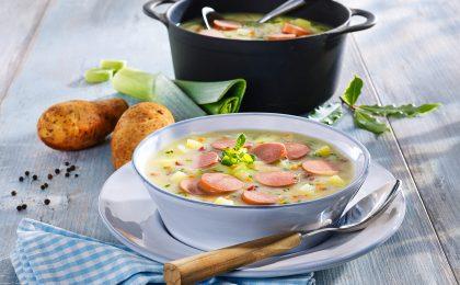 Am besten schmeckt die Kartoffelsuppe, wenn man ihr Zeit gibt, sie also gut vor sich hin köcheln lässt oder wieder aufgewärmt. Der Geschmack der Zutaten wird dann immer intensiver.