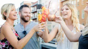 Junge Leute feiern mit Low-Sugar-Cocktails