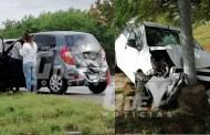 Taxista de UBER choca al evitar atropellar a una mujer, en el Periférico