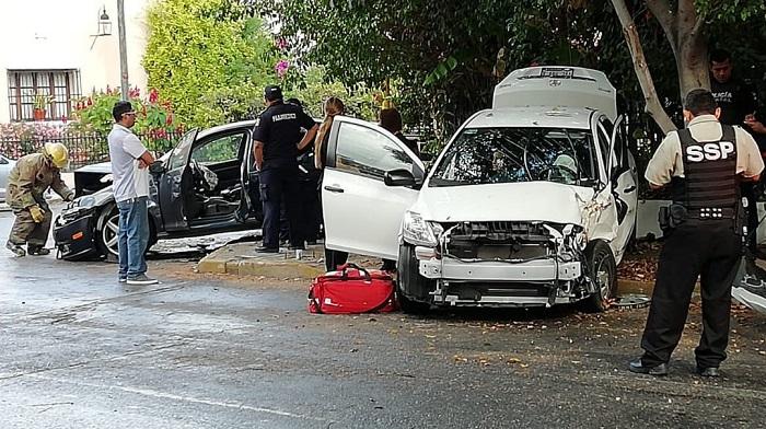 Conductora despistada ocasiona un aparatoso accidente en la avenida Colón