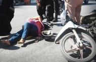 Una motociclista embarazada derrapa y se lesiona, porque se le atravesó un ciclista