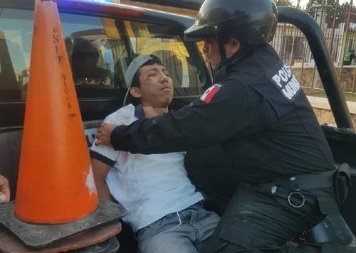 Ebrio, un motociclista de 17 años, se pasa un alto y lo choca un Sentra, en Ticul
