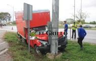 Pierde el control de su auto y choca contra una señal de transito: no hubo heridos