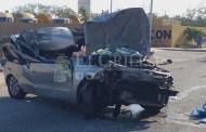 Cegada por el Sol choca contra un camión estacionado y deja grave a su hija
