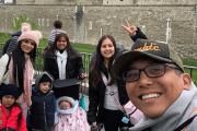 Edwin Luna disfruta de París mientras su hijo vende juguetes en la calle