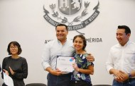 Renán Barrera entregó apoyos a los 13 ganadores del