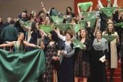 Decenas de mujeres protestan a favor del aborto, en la alfombra roja del Festival de Cannes
