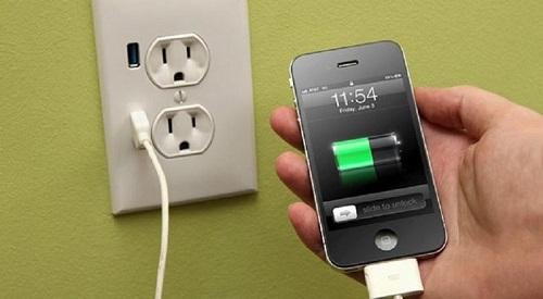 Muere electrocutado por usar su celular mientras se cargaba