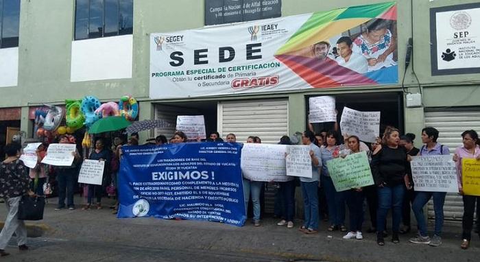 Las protestas contra Kirbey llegan a las oficinas centrales del IEAEY, en Mérida
