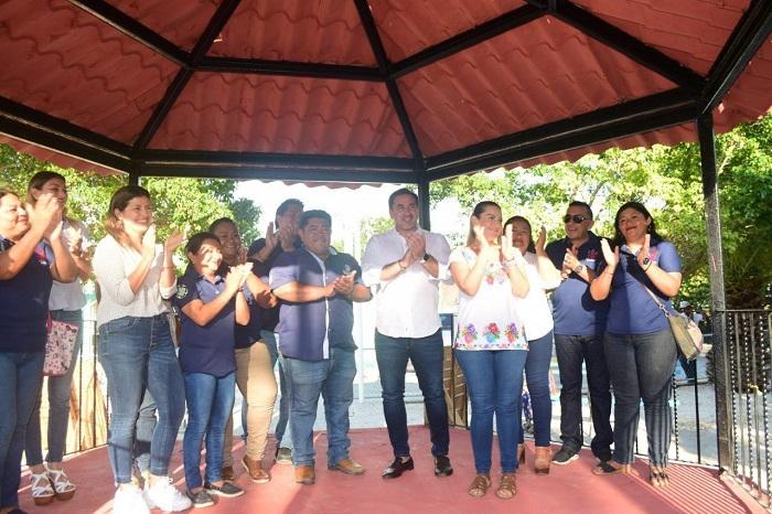Julián Zacarías entrega el remozamiento del parque del kiosco con internet gratis