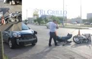 Distraída mujer atropella y lesiona a un motociclista