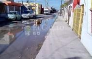 Miles de litros de agua desperdiciados por una fuga de agua, en Progreso