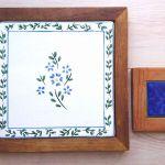 個性的なタイルを鉢や花瓶に敷いてガーデニングに華やかさをプラス