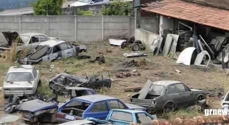Depósito de veículos no centro de Pará de Minas é denunciado por possíveis focos do Aedes aegypti