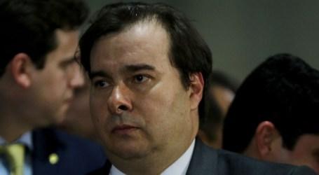 Rodrigo Maia critica deputado por arrancar placa sobre genocídio negro na Câmara