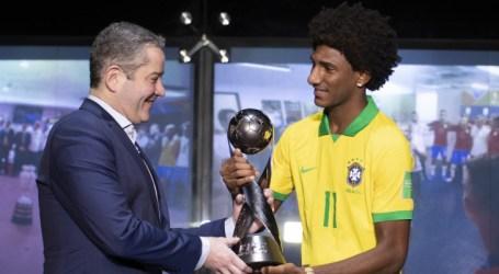 Talles Magno recebe medalha do Mundial Sub-17