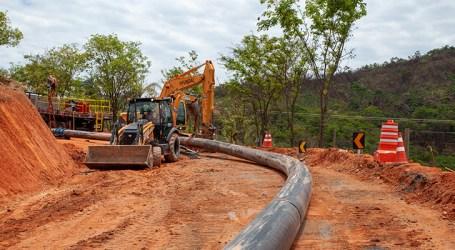 Equipe continua trabalhando na construção de adutora no Rio Pará; medidas foram adotadas para conter o Covid-19