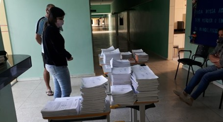 Estudantes da rede municipal de Igaratinga recebem apostilas para manter rotina de estudos em casa