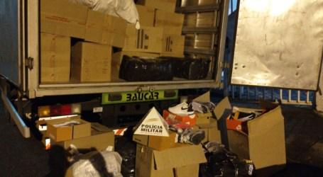 Caminhão com seis toneladas de calçados é apreendido em Antunes; há indícios que carga era falsificada e trio foi preso