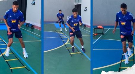 Acompanhado por profissionais do Cruzeiro, Henrique começa treinamentos leves em casa