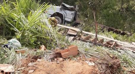 Um morto e outro ferido após tombamento de caminhão perto da grutinha de Nossa Senhora Aparecida em Pará de Minas