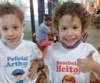 Gêmeos fãs da PM recebem equipe militar em festa de aniversário na Vila Maria